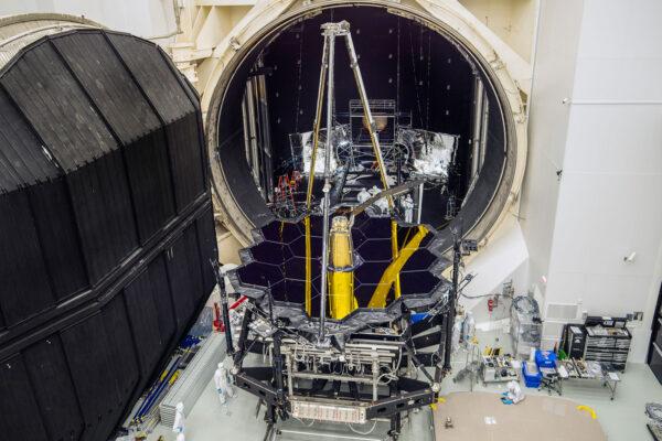 Optická sestava OTIS vyfocená 1. prosince po vyjmutí z vakuové komory.