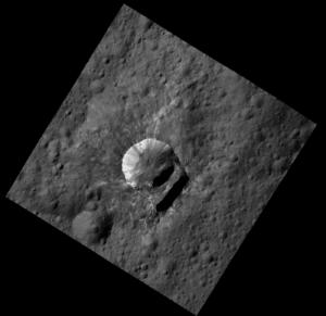 Bílé skvrny na valech kráteru na Ceres