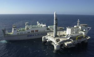 Raketa Zenit na odpalovací plošině Odyssey - v pozadí podpůrná loď Sea Launch Commander - hlavní prvky systému SeaLauch.