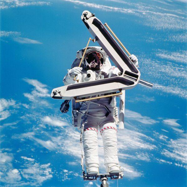 Složitá výstavba ISS si vyžádala stovky pracovních hodin a dokonalou koordinaci astronautů a pozemních středisek. Na této fascinující fotografii je zachycen astronaut Lee Morin během konstrukční mise STS-110 při které se podařila montáž základní kostry nosníku.