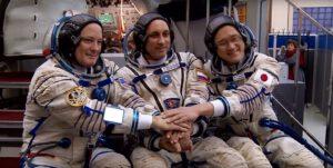 Posádka Sojuzu MS-07 během pozemních příprav. Zleva Scott Tingle - Anton Škaplerov - Norišige Kanaj