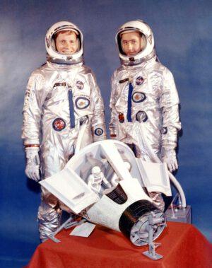 Posádka Gemini IV Ed White (vlevo) a Jim McDivitt. Povšimněte si podvozku u kabiny Gemini - pozůstatku koncepce přistávání se samokřídlem, jež bylo z programu oficiálně vyškrtnuto několik měsíců před vznikem této fotografie.