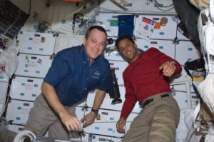 Arnold (vlevo) a Acaba na palubě Discovery během mise STS-119