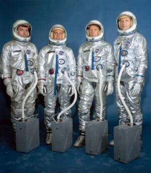 Hlavní a záložní posádka mise GT-3: (zleva) Young, Grissom, Schirra, Stafford