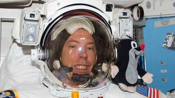 Andrew Feustel vzal Krtečka do vesmíru už jednou - na misi STS-134-. Ta ale trvala jen pár dní - na palubě Sojuzu MS-08 začne půlroční pobyt.