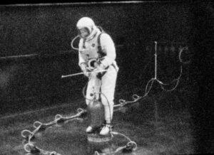Ed White během nácviku EVA na vzduchovém polštáři