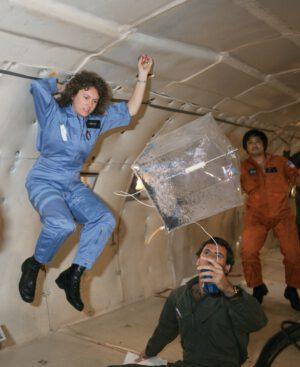 Christa McAuliffe během nácviku na jeden z experimentů pro školáky