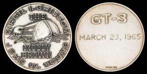 Přestože mise oficiálně neměla své logo, Grissom s Youngem nechali vyrobit stříbrné medaile, které s sebou vezli na orbit.