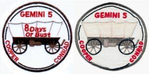 Dvě podoby emblému mise GT-5 - skutečná (vlevo) a oficiální.