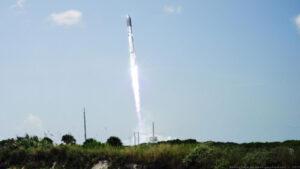 Takto ztvárnil start rakety new Glenn ilustrátor Nathaniel Koga.