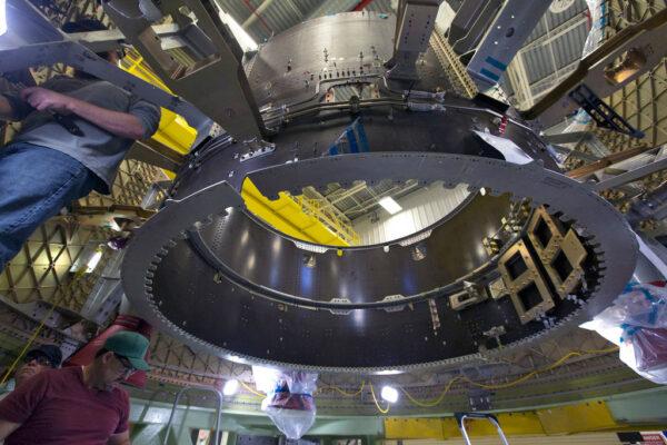 Instalace čtyř motorů záchranného systému do servisního modulu Starlineru Spacecraft-1,30.10.2017. Servisní modul zabírá celou plochu fotografie; dutý černý kruhový válec je pouzesoučást vnitřní struktury servisního modulu.