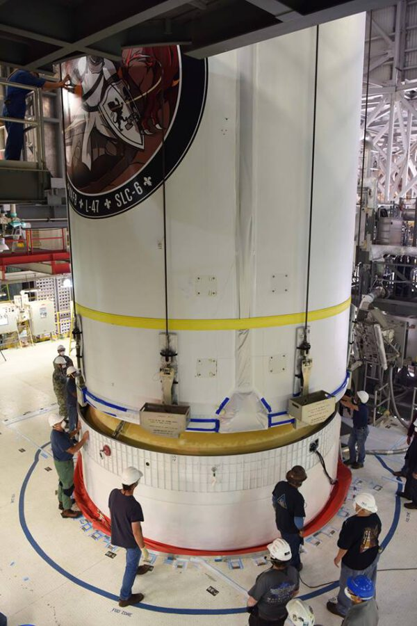 Spojování aerodynamického krytu s horním stupněm rakety Delta IV.