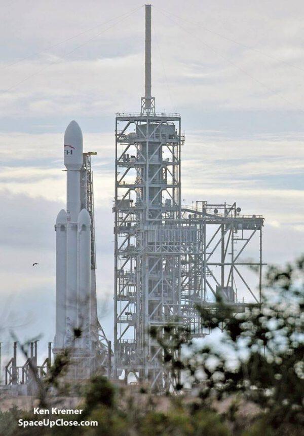 Falcon Heavy vyfocený včera na startovní rampě.
