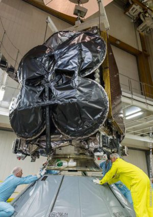 Družice Al Yah 3 je připojena přímo k adaptéru na horním stupni rakety Ariane 5.