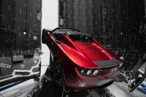 Falcon Heavy při první misi ponese na dráhu kolem Slunce Muskův osobní elektromobil tesla Roadster.