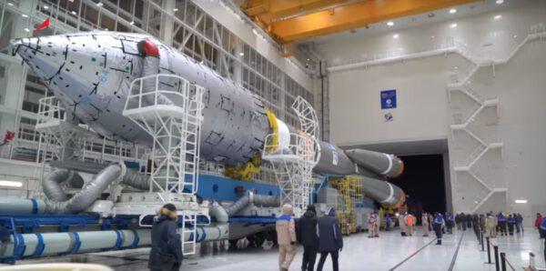 Vývoz Sojuzu na startovní rampu.