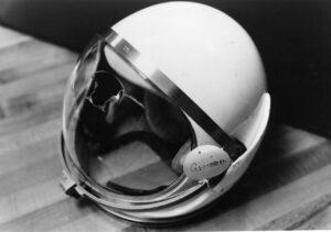 Grissomova helma s prasklým hledím