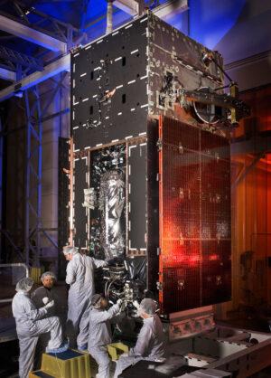 Při montáži družice je vidět palivová nádrž