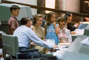 Manželky astronautů (Pat White vlevo, Pat McDivitt vpravo) mluví se svými manželi, toho času na orbitu.