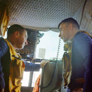 Grissom s Youngem na palubě vrtulníku při letu na USS Intrepid