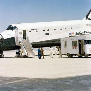 Přešťastný Young (v hnědém skafandru) po přistání mise STS-1
