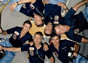 Kolektivní foto posádky STS-9 v modulu Spacelab