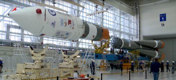 Spojování dvou základních částí rakety Sojuz 2-1A v montážní hale kosmodromu Vostočnyj.