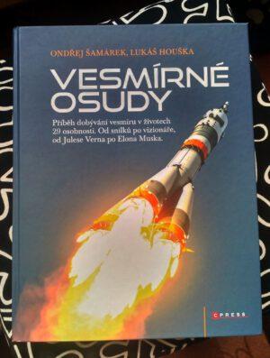 Exemplář knihy Vesmírné osudy, který můžete vyhrát v této soutěži
