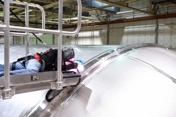 Příruba kyslíkové nádrže pro spojení sdalšími díly pomocí šroubů do přední podsestavy.