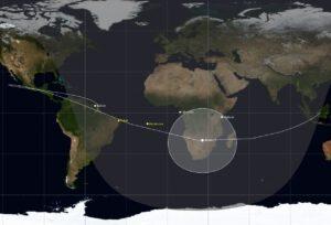 Dráha rakety Ariane 5 v době separace družic s vyznačenými sledovacími stanicemi.