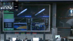 Čas 2:54 po startu - pohled do řídící místnosti Jupiter a na obrazovkách je vidět normální letová dráha.