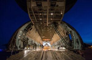 Letoun C-5 vznikl k převážení tanků. Rozměrný kontejner STTARS se do něj vejde, ale na výšku je to hodně těsné.