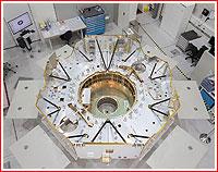 Finální fáze strukturální makety přeletového stupně během výroby ve firmě RUAG Space.
