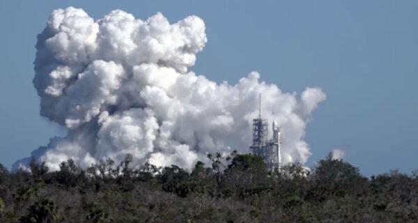 27 motorů dokáže udělat pořádný oblak spalin.