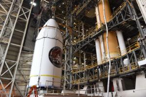 Usazování aerodynamického krytu pro misi NROL-47 na raketu Delta IV.
