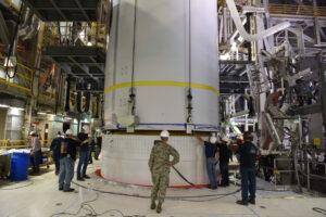 Usazování aerodynamického krytu mise NROL-47 na horní stupeň rakety Delta IV.