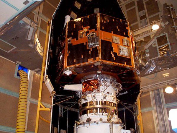 Družice IMAGE při předstartovních přípravách v roce 2000