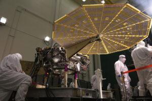 Lander InSight s rozloženými solárními panely.
