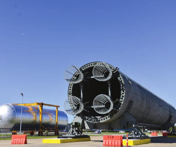 Letová vodíková nádrž na cestě do budovy 451 míjí Pathfinder centrálního stupně, 10. listopadu