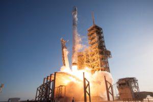 První opakovaný start prvního stupně orbitálního nosiče v historii - mise SpaceX SES-10, 30. 3. 2017.