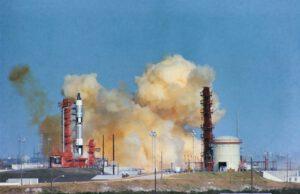 Situace krátce po přerušeném startu Gemini VI-A: pomalu se rozptyluje oblak spalin z Titanu a Schirra se rozhoduje, zda zatáhnout za katapultážní madlo.