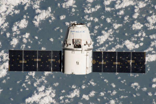 Druhá návštěva stejného Dragonu u ISS. Povšimněte si siluety stanice nalevo od bočního poklopu Dragonu (pod písmenem P) znázorňující počet již absolvovaných misí této lodi.