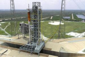 Vizualizace dnes již zrušené rakety Ares I na mobilní odpalovací plošině.