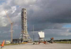 Mobilní plošina přestavovaná z rakety Ares I na SLS.