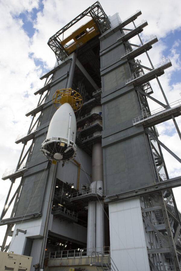 GOES-S je vytahován k připojení k Atlasu 5