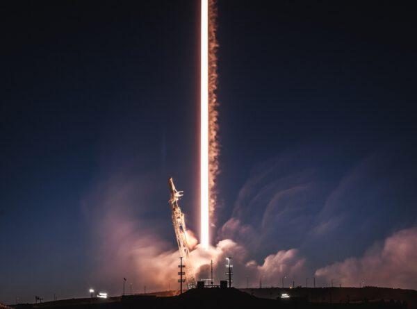 Časosběrná fotografie startu Falconu 9