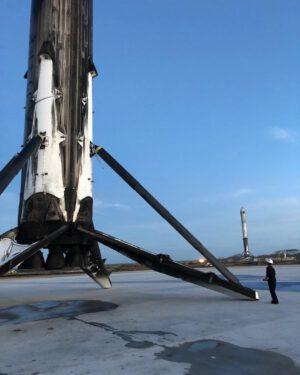Oba boční stupně prvního Falconu Heavy po přistání na jedné fotce.