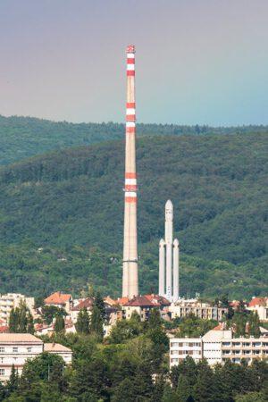 Krásná ukázka průniku Falconu heavy do veřejného povědomí - Brněnská hvězdárna srovnala nejsilnější raketu současnosti s komínem v Maloměřicích.