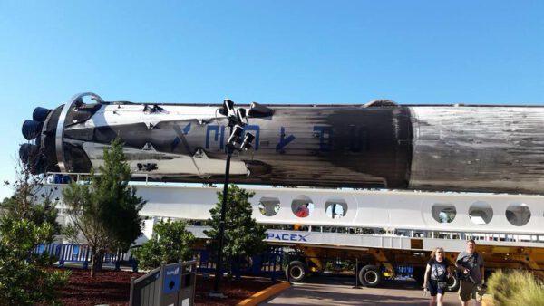Stupeň je umístěn na transportéru OTS, který dříve sloužil k převozu raketoplánů.