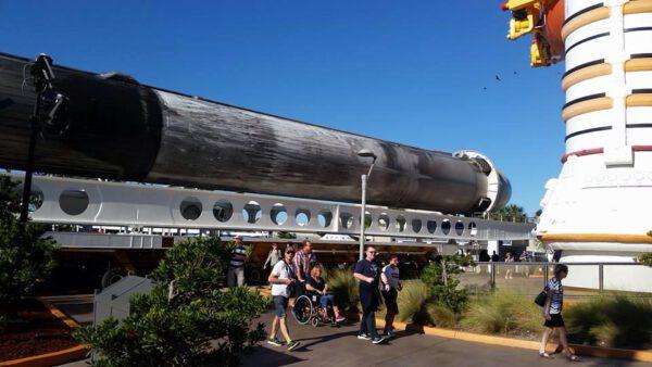 Nový exponát je umístěn před sestavou pomocných motorů a externí nádrže z raketoplánu.